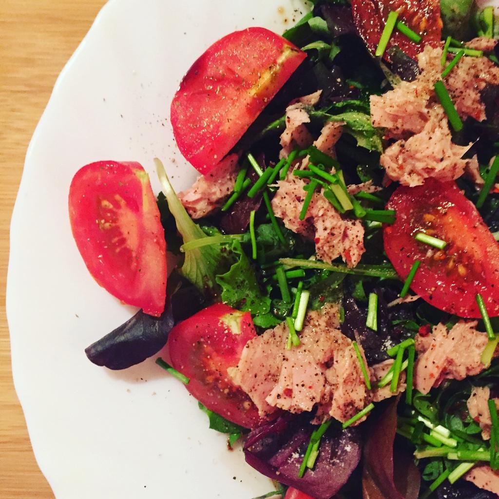 Frischer Salat mit Thunfisch in Öl und Balsamico.